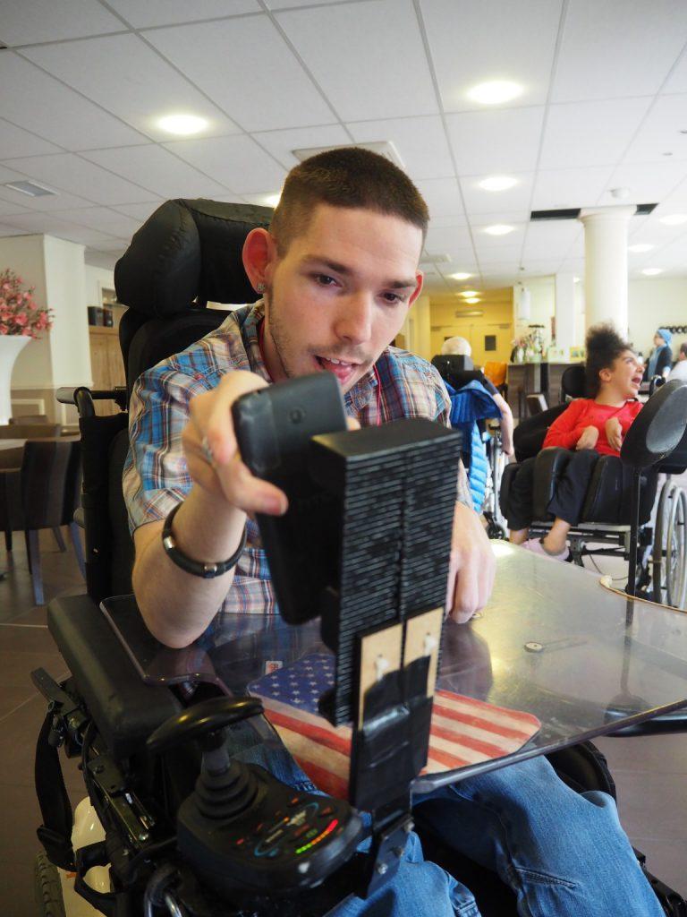 Le porte téléphone pour fauteuil